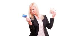 Frau hält kostenlose Prepaid Kreditkarte und Geld
