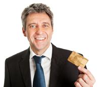 Mann hat einen Kreditkartenvergleich gemacht