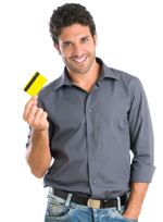 Mann freut sich über seine kostenlose Kreditk