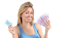 Frau hat eine Prepaid Kreditkarte