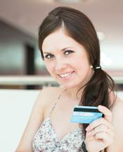 Junge Frau mit Kreditkarte
