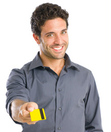 Junger Mann mit einer Kreditkarte