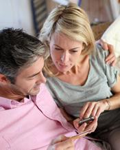 Paar zahlt mit Kreditkarte