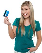 Teenager hält Kreditkarte in der Hand