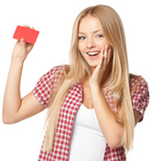 Work and Travelerin hält Kreditkarte hoch